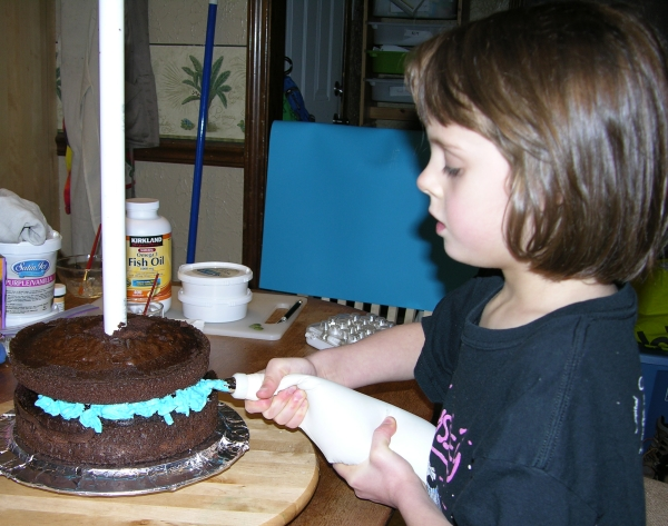 Peo decorating her cake